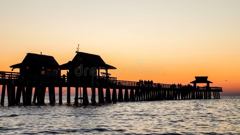 在日落的那不勒斯码头 库存图片