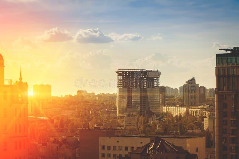 在日落的都市风景 基辅, 免版税库存图片