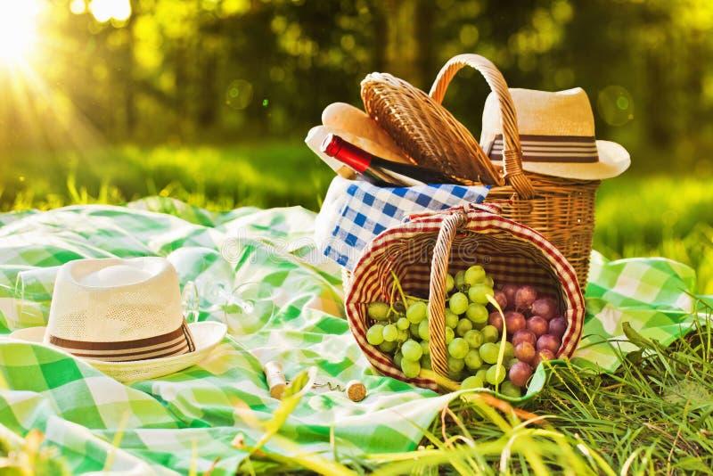 在日落的野餐 免版税库存图片