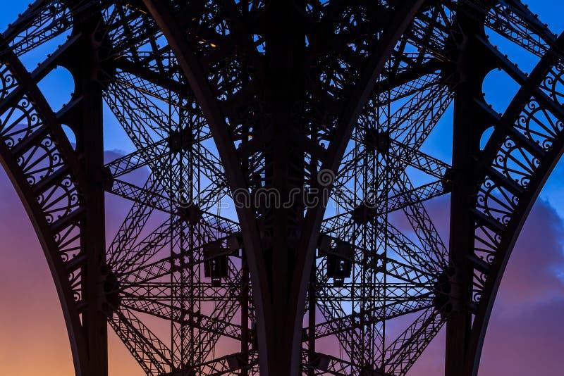 在日落的金属结构,天空蔚蓝, 免版税库存图片