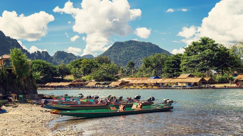 在日落的长尾巴小船在歌曲河, Vang Vieng,老挝 库存照片