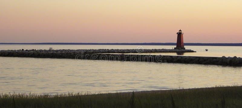 在日落的防堤灯塔 库存图片