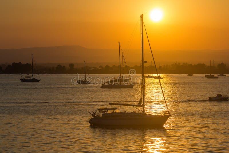 在日落的风帆游艇 免版税库存照片