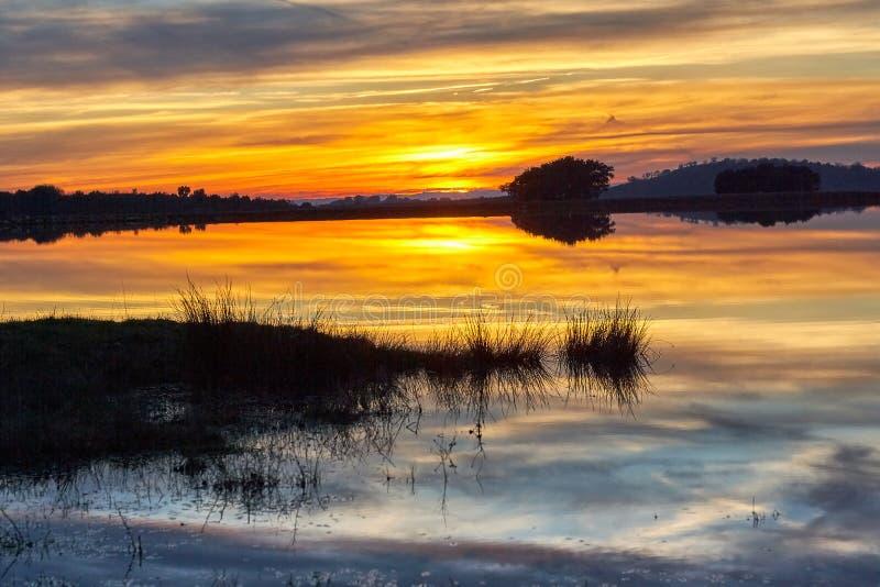 在日落的风景与天空的反射在湖的水的 库存照片
