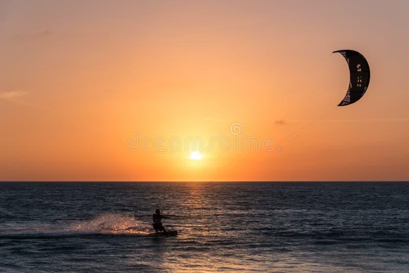 在日落的风筝海浪 免版税库存照片