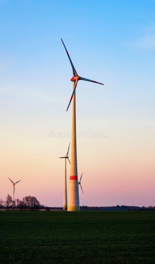 在日落的风车 可选择能源农厂来源涡轮风 免版税图库摄影