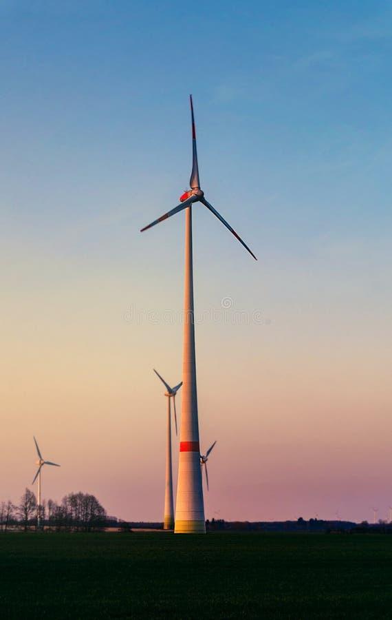 在日落的风车 可选择能源农厂来源涡轮风 库存照片
