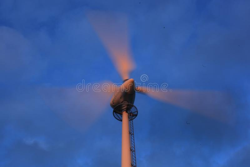 在日落的风轮机 库存图片