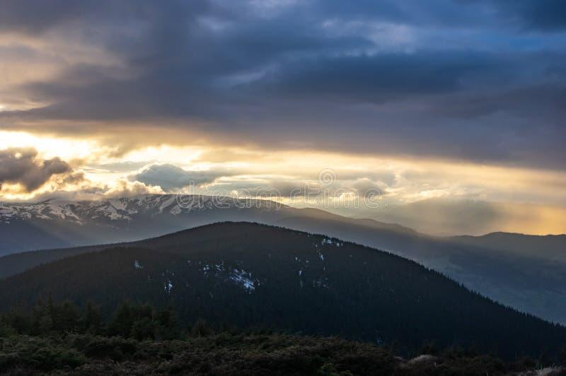在日落的风雨如磐的天空在山 免版税图库摄影