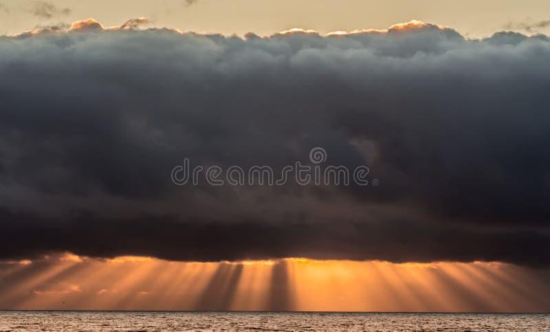 在日落的风雨如磐的天空 库存图片