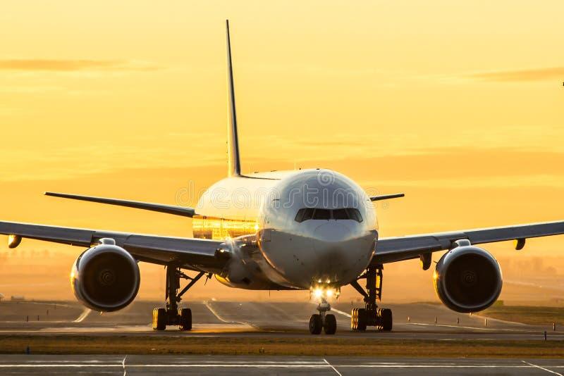 在日落的飞机 免版税库存图片