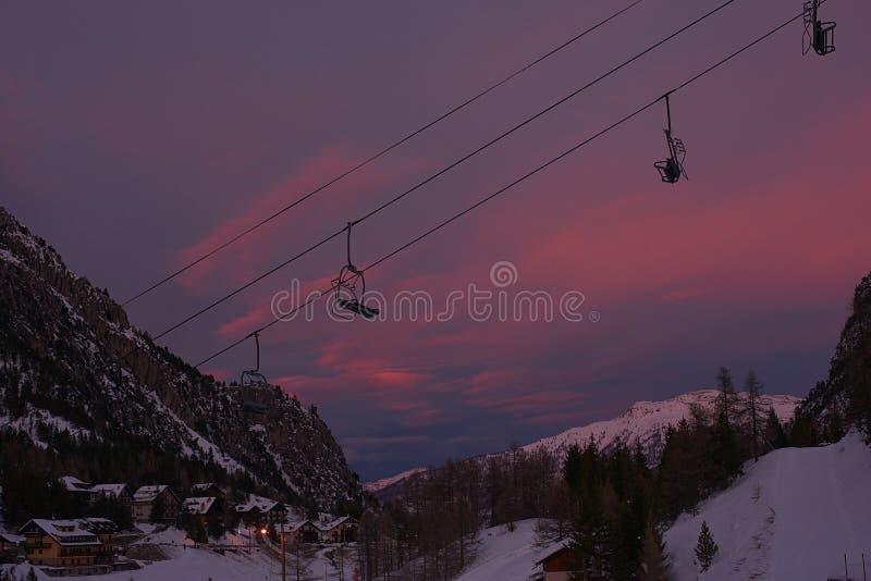 在日落的驾空滑车 库存图片