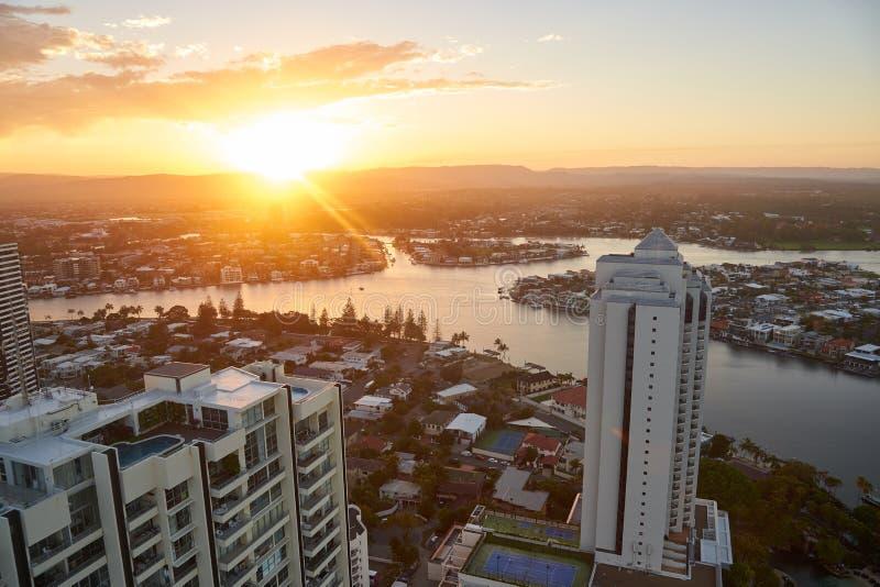 在日落的鸟瞰图在冲浪者天堂,戈尔德比尤特,昆士兰,澳大利亚 免版税库存图片