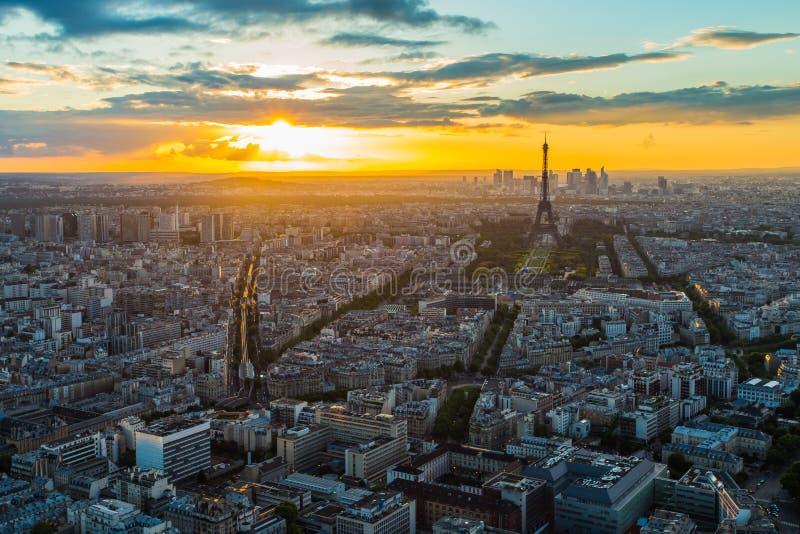 在日落的巴黎地平线在法国 图库摄影