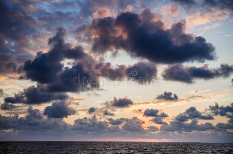 在日落的黑暗的云彩 免版税库存照片