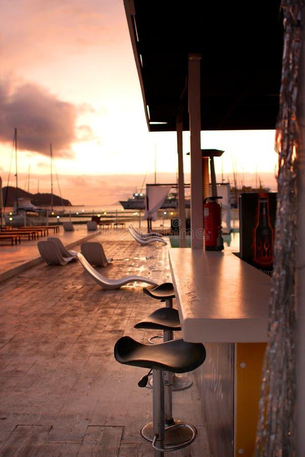 在日落的水池酒吧 库存照片