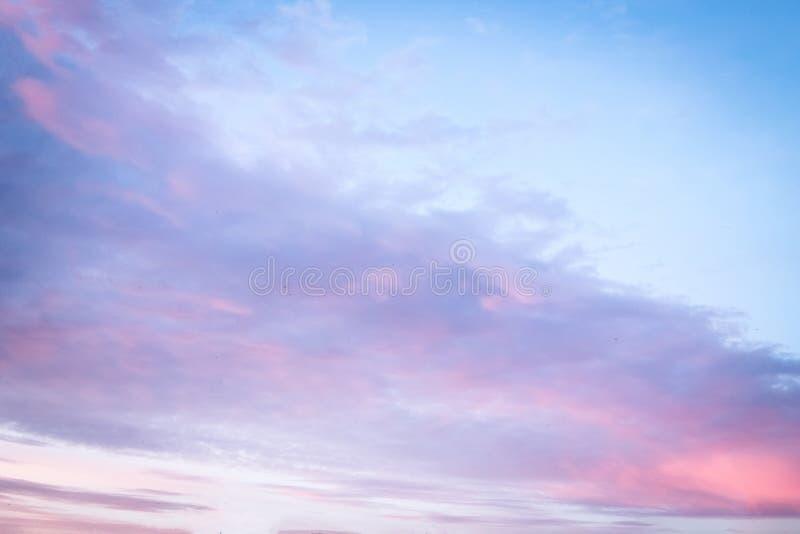 在日落的紫罗兰色天空背景 库存照片