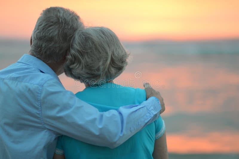 在日落的年长夫妇 免版税库存图片