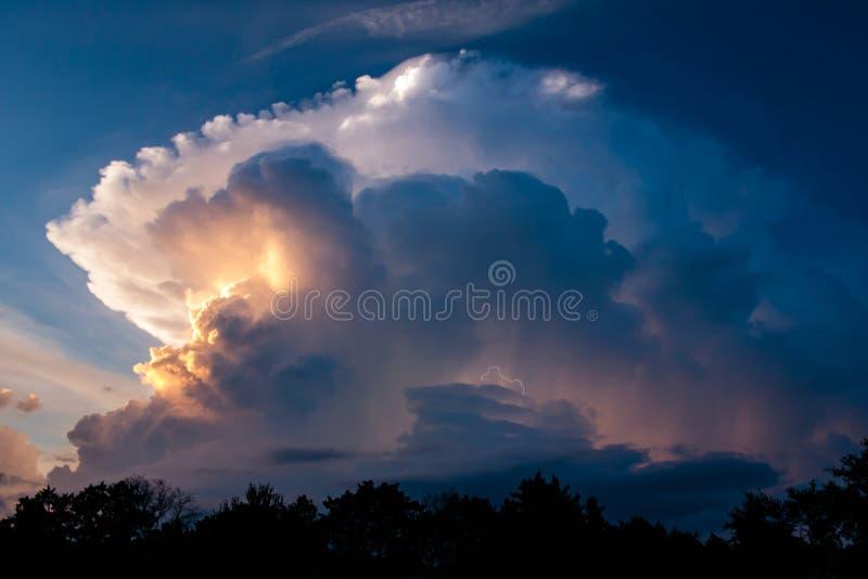 在日落的暴风云 库存图片