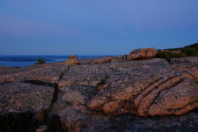 在日落的Alpenglow做桃红色花岗岩岩石和裂隙o 免版税库存图片