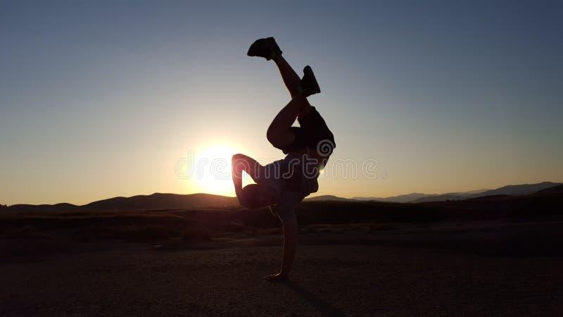 在日落的Breakdance形象 图库摄影