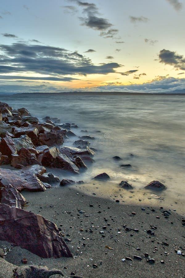 在日落的Edmonds海滩在普吉特海湾, Edmonds,华盛顿 免版税库存图片