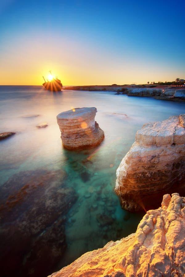 在日落的Edro III海难在珊瑚湾附近,Peyia,帕福斯,塞浦路斯 免版税图库摄影