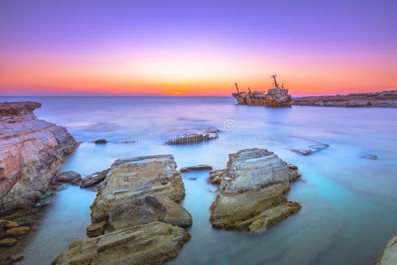在日落的Edro III海难在珊瑚湾附近,Peyia,帕福斯,塞浦路斯 库存照片