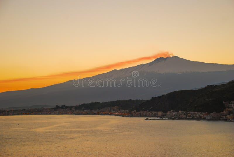 在日落的Etna火山在陶尔米纳海湾  免版税图库摄影