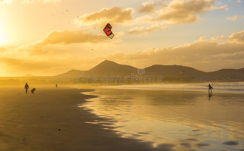 在日落的Famara海滩,兰萨罗特岛,加那利群岛,西班牙 免版税图库摄影