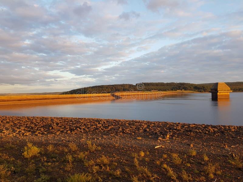 在日落的Kielder水坝 免版税库存图片