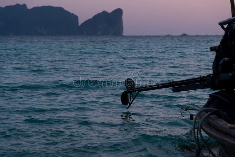 在日落的Longtail小船 库存照片