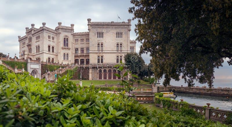 在日落的Miramare城堡的里雅斯特,意大利-全景 库存图片