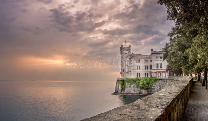 在日落的Miramare城堡的里雅斯特,意大利-风景 免版税库存照片