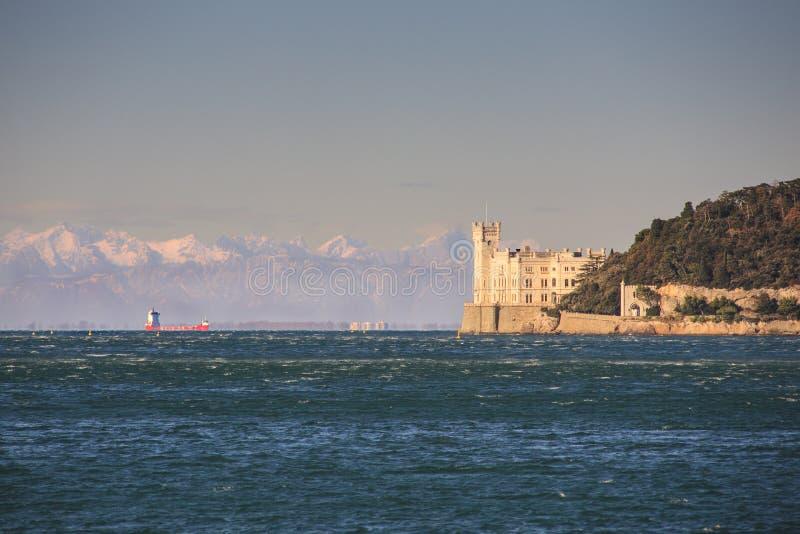 在日落的Miramare城堡的里雅斯特 免版税库存图片