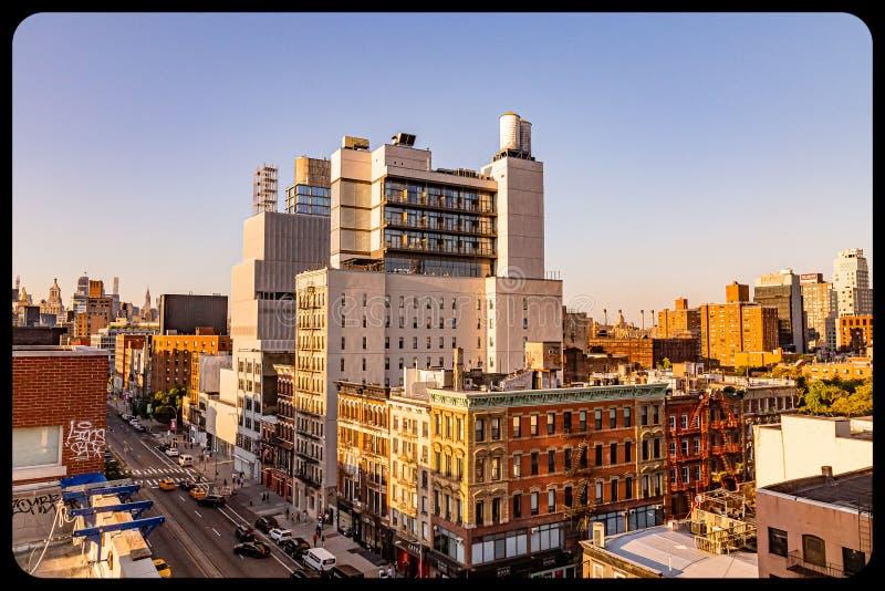 在日落的NYC邻里大厦鸟瞰图 免版税库存照片