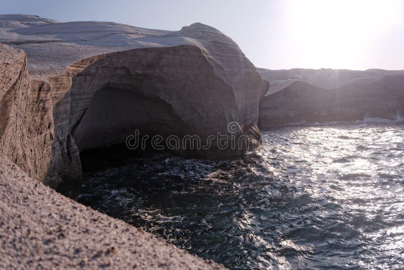 在日落的Sarakiniko海滩 库存照片
