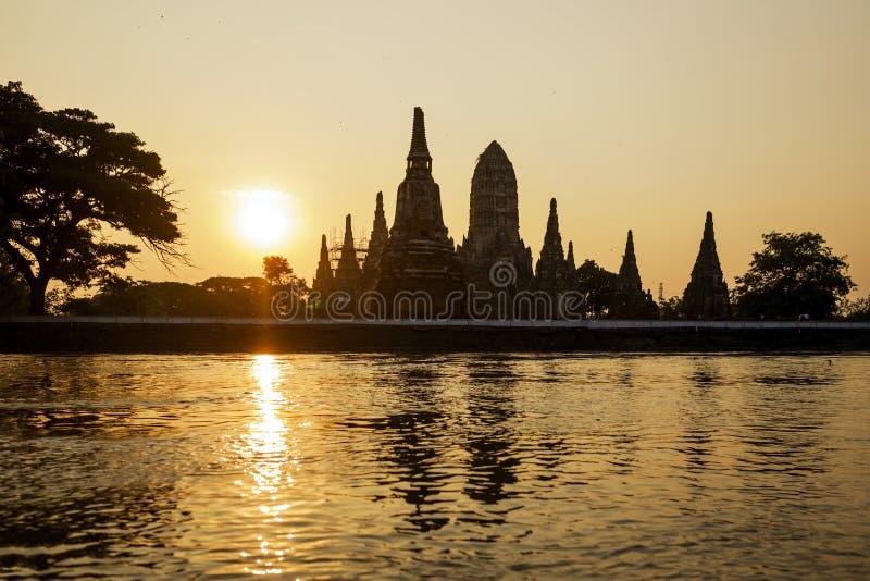在日落的Wat Chaiwatthanaram剪影在阿尤特拉利夫雷斯,泰国 免版税库存图片
