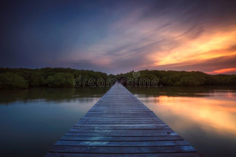 在日落的Woodden桥梁在Laem Phak Bia 库存图片