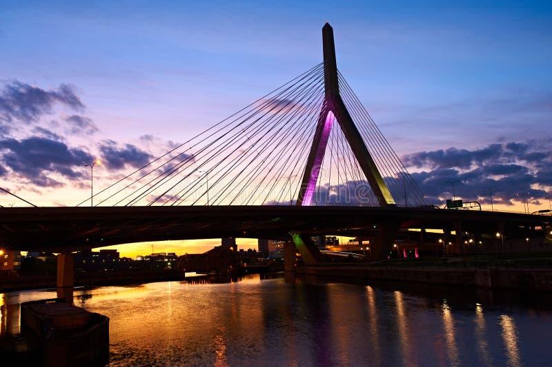在日落的Zakim邦克山纪念桥梁 免版税库存照片