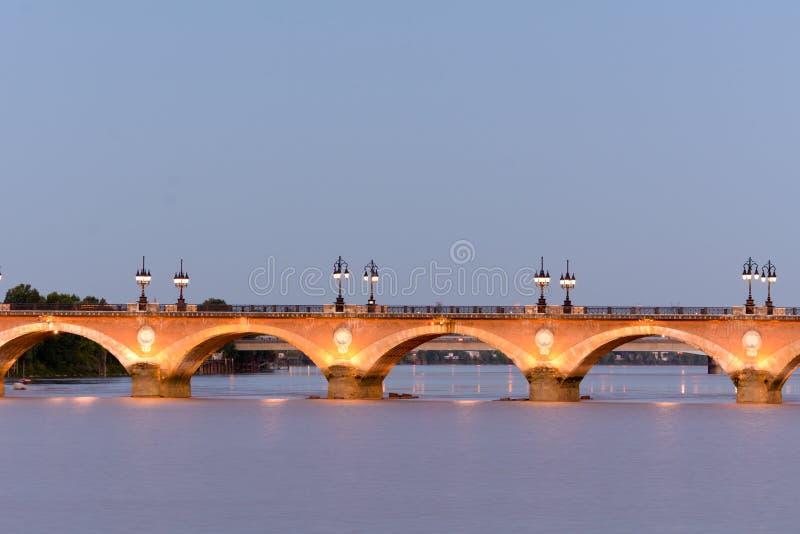 在日落红葡萄酒,法国的Pont de皮埃尔桥梁 图库摄影