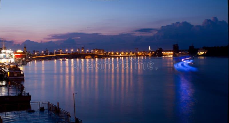 在日落背景的Dnipro码头和 免版税库存图片