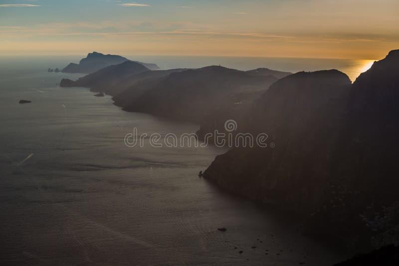在日落褶皱藻属地区,意大利期间的阿马尔菲海岸 免版税库存图片