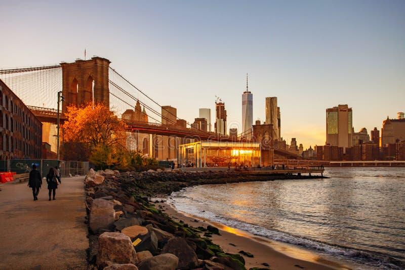 在日落视图的布鲁克林大桥在纽约, 免版税库存图片