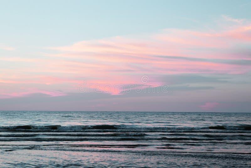 在日落附近的湖,桃红色天空 库存照片