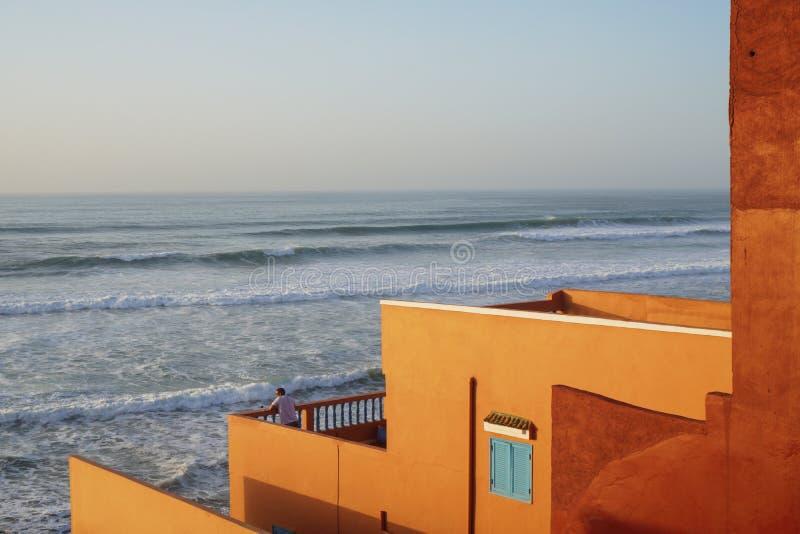 在日落马拉喀什的摩洛哥大西洋海滩 免版税库存图片