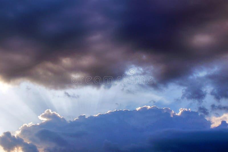 在日落,一线希望的美丽的剧烈的多云天空 图库摄影