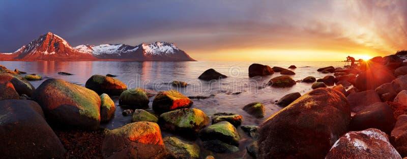 在日落,全景,挪威的海洋海岸 库存图片