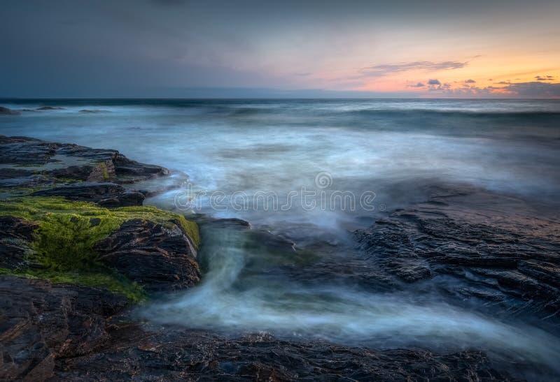 在日落,康斯坦丁海湾,康沃尔郡的梦想的海景 库存照片