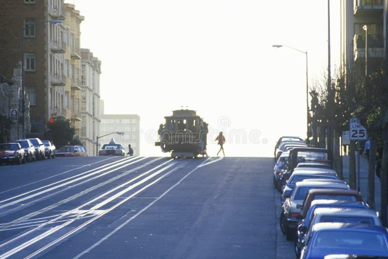 在日落,旧金山,加利福尼亚的缆车 免版税库存图片